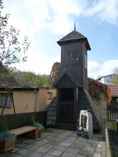 Zvonička anově zbudovaný pomník padlým 2019