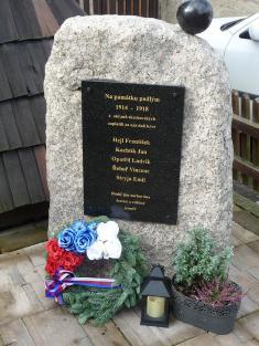 Nově zbudovaný pomník padlým uzvoničky 2019