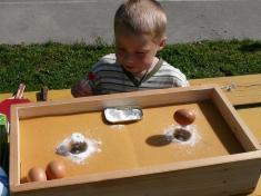 Dětský den 2011soutěž stavění vajíčka nažárovku